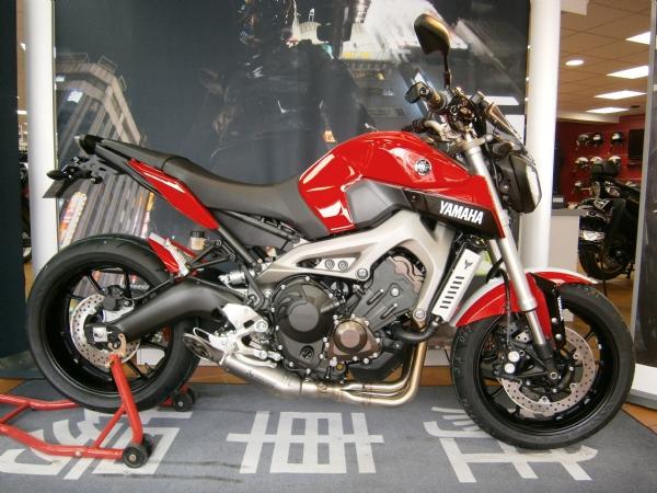 yamaha mt 09 rouge blanc exclusivement chez motos miellin. Black Bedroom Furniture Sets. Home Design Ideas