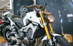 YAMAHA MT-09 BLANC/OR
